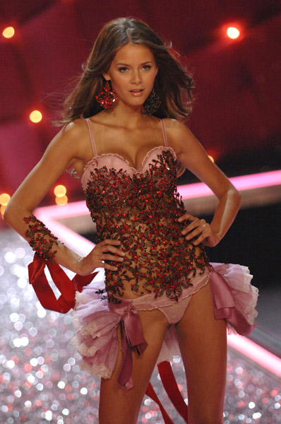 Victoria's Secret Angels Fashion Show pictures Flavia De Oliveira