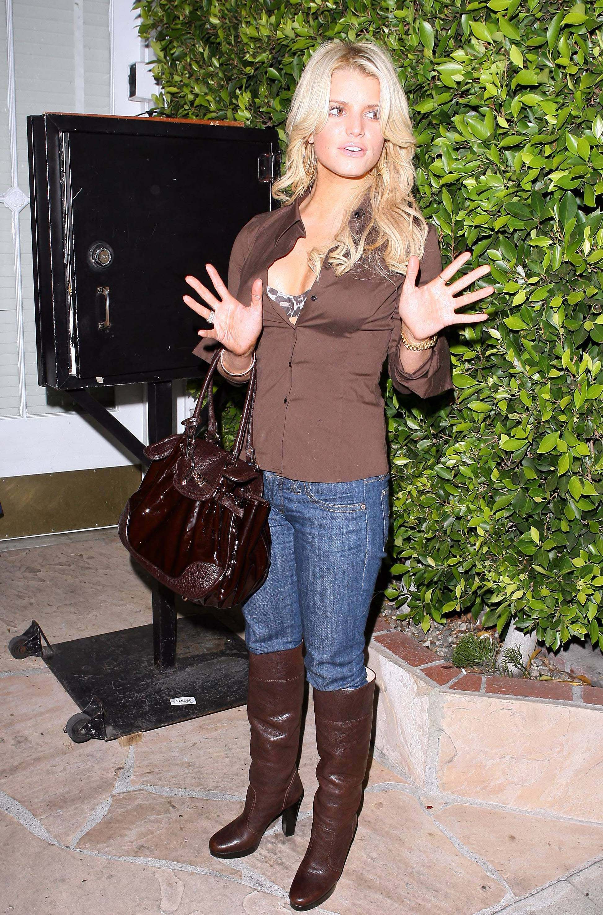 Jessica Simpson flashes her bra