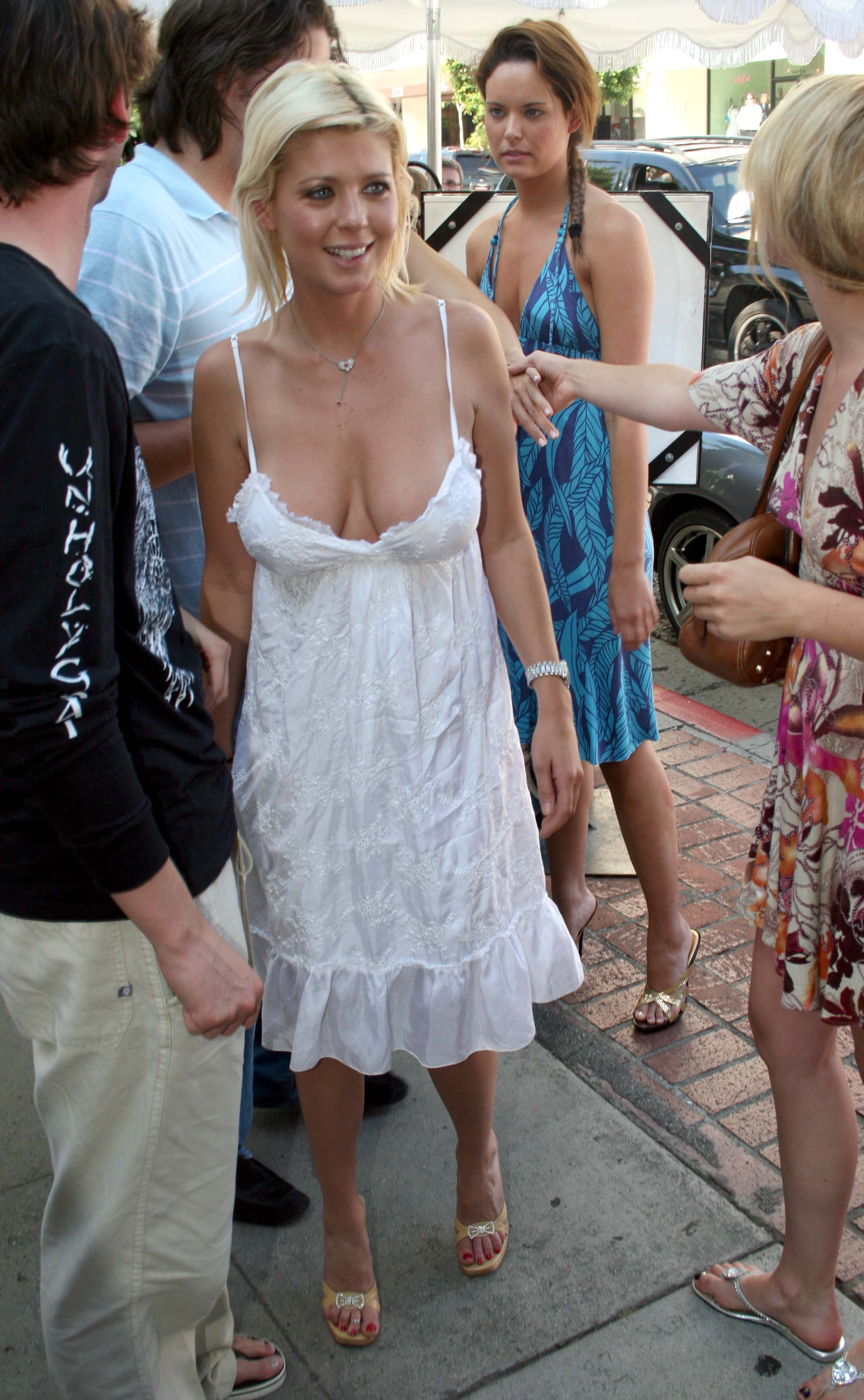 Tara Reid showing cleavage